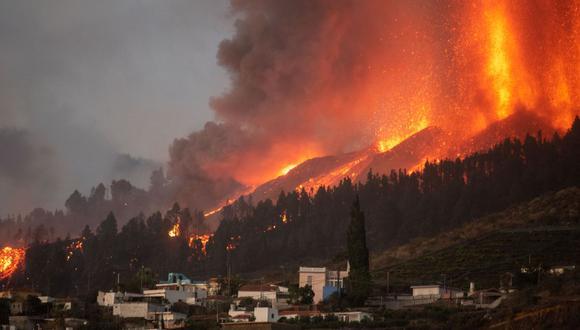 El volcán Cumbre Vieja entra en erupción en La Palma, España, arrojando columnas de humo, ceniza y lava como se ve desde Los Llanos de Aridane. (DESIREE MARTIN / AFP).