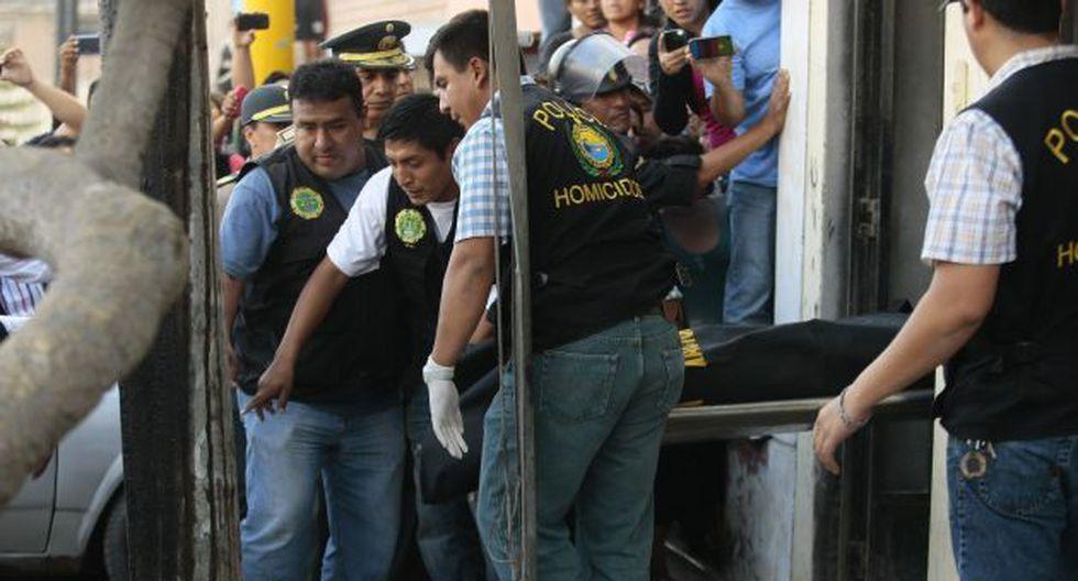 La Policía hizo un agujero de un metro para retirar el cuerpo de la adolescente, que estaba cubierto de cal. (D. Vexelman)