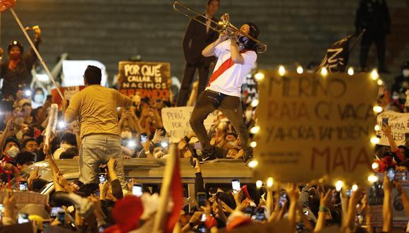 Los jóvenes salieron a marcha para oponerse al breve régimen de Manuel Merino. (CESAR BUENO / GEC)