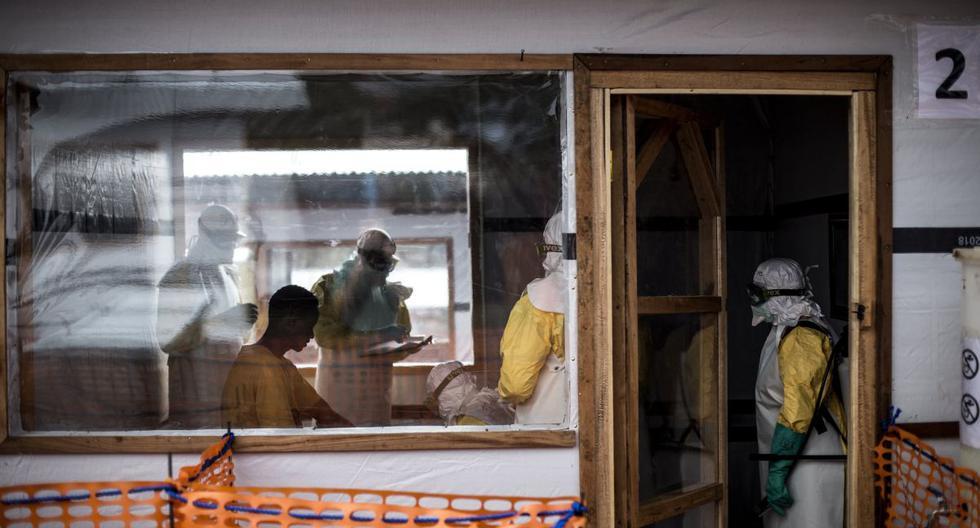 Los trabajadores de la salud realizan controles médicos a un nuevo paciente de ébola no confirmado dentro de un centro de tratamiento en Congo, el 7 de noviembre de 2018. (John Wessels/Medecins Sans Frontieres/AP).