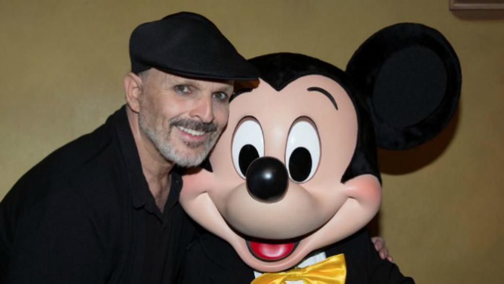 Miguel Bosé sonriente junto a Mickey Mouse. (Foto: Twitter)