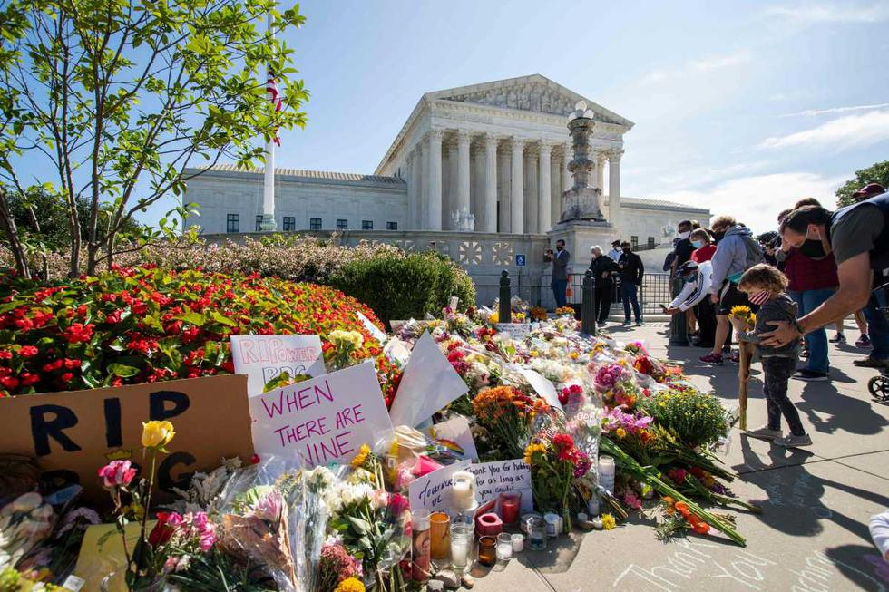 Ruth Bader Ginsburg falleció como consecuencia de un cáncer de páncreas, rodeada por su familia, anunció el máximo tribunal en un comunicado. Imagen de personas colocando flores fuera de la Corte Suprema de Estados Unidos. (AFP / Jose Luis Magana).