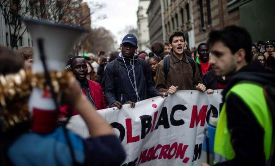 Estudiantes franceses asistieron este jueves a una manifestación contra el aumento de las tarifas para estudiantes extranjeros en París. (Foto: EFE)