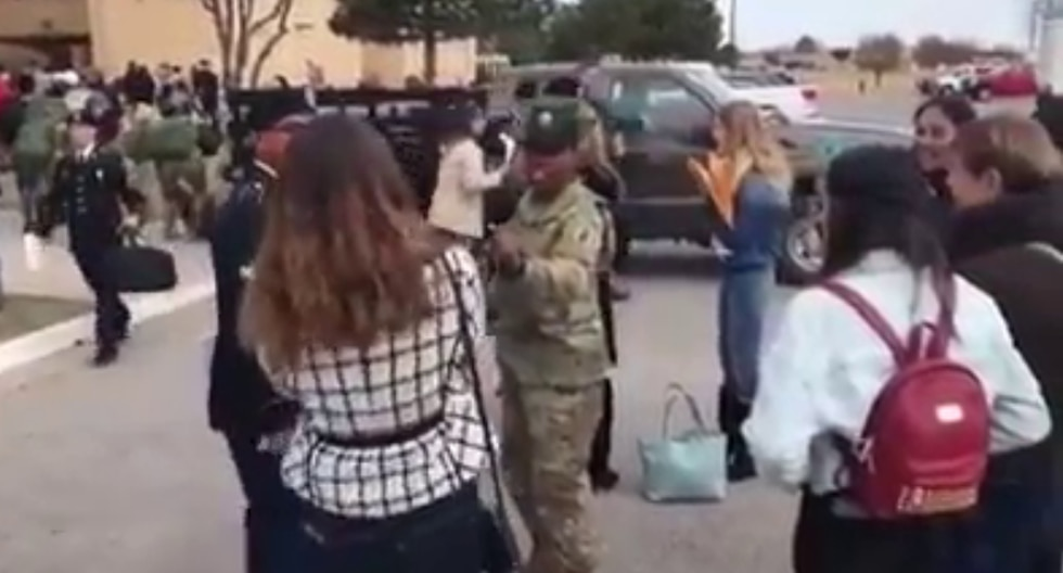Una instructora militar protagonizó una divertida escena con uno de sus cadetes y la novia de este. (Foto: theCHIVE en Facebook)