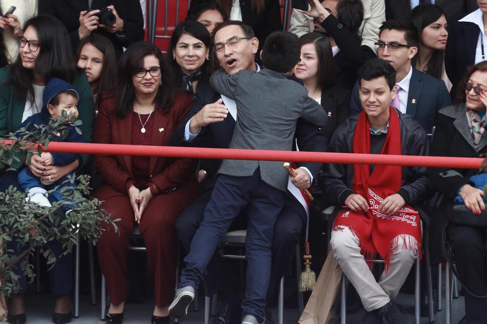 Martín Vizcarra no dudó en abandonar por unos minutos su ubicación oficial para ir a saludar a su familia. (Renzo Salazar/Perú21)