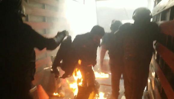Terror. Mototaxistas arrojaron bombas incendiarias a personal que se encontraba en el camión. (Municipalidad de Santiago de Surco)