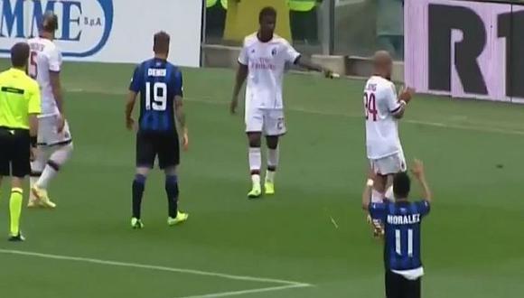 El DT del AC Milan, Clarence Seedorf, pidió a sus jugadores que continuaran jugando el partido. (Youtube)