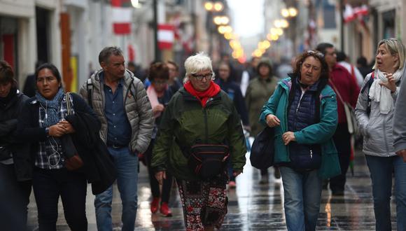 Los limeños usan ropa más abrigadora durante el invierno. (GEC)