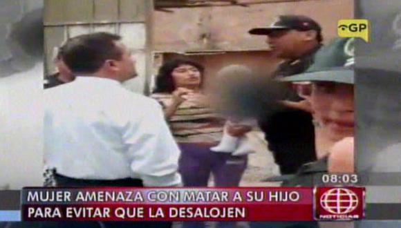 Mujer amenazó con matar a su hijo para evitar ser desalojada. Ocurrió en Los Olivos. (Captura de TV)