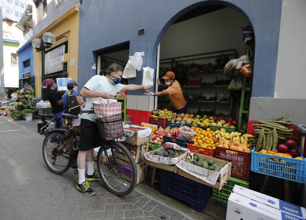 Además, la bicicleta que usan los ayuda a transportar sus bolsas o paquetes con los alimentos y productos adquiridos. (Foto: Francisco Neyra)