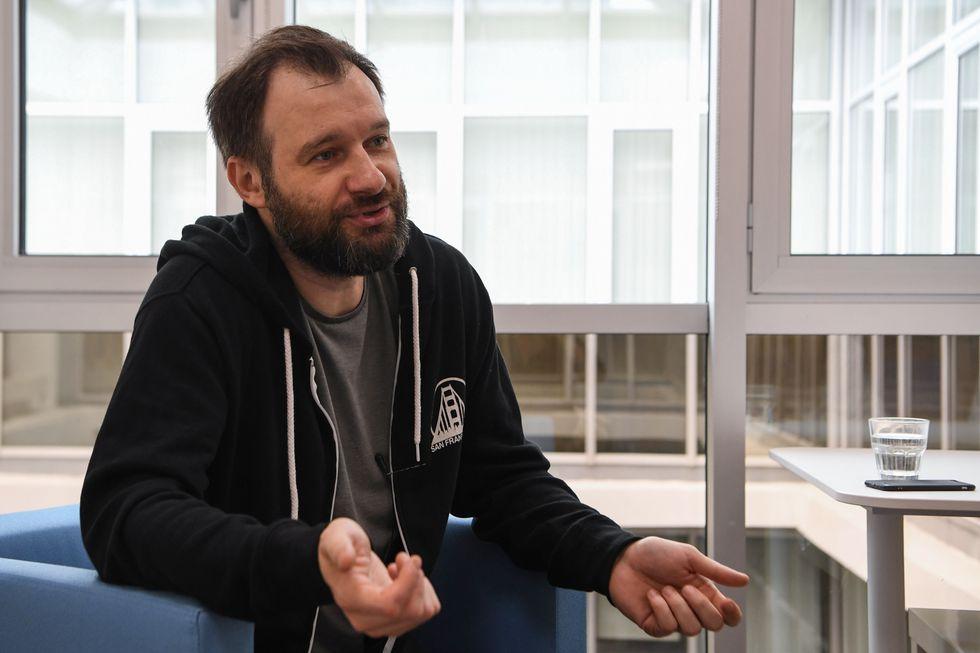 En una serie documental, el periodista Andrey Lochak plasma la sulfurosa historia del Runet, el internet ruso, en una época en la que el poder aún no había comenzado a aumentar su control sobre la red. (AFP)