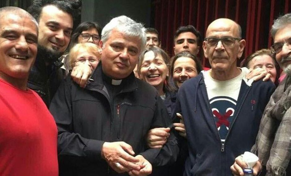 Konrad Krajewski, el cardenal que violó la ley para devolverle la electricidad a personas sin techo en Italia. (AP)