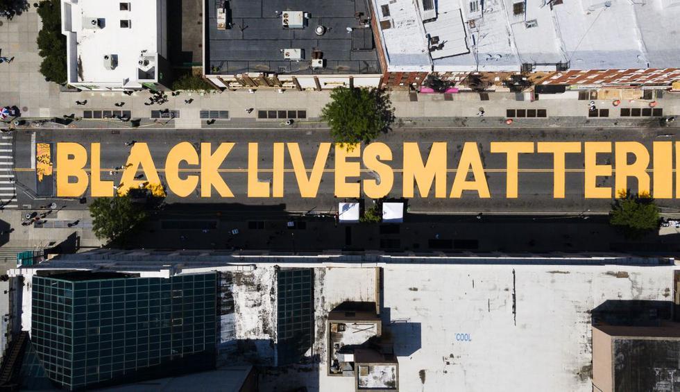 """El distrito de Brooklyn, en Nueva York, también luce un enorme """"Black Lives Matter"""" (La vida de los negros importa) en una de sus calzadas. (EFE/JUSTIN LANE)."""