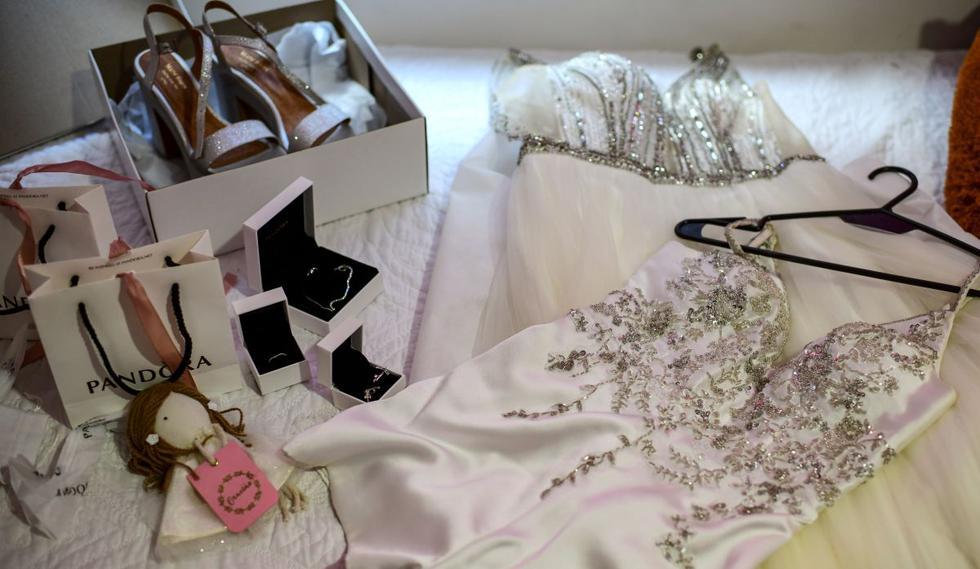 Vista de los vestidos, zapatos y joyas de quinceañera de la argentina Mia Minutillo en su casa de Buenos Aires. (Foto de Ronaldo Schemidt / AFP).