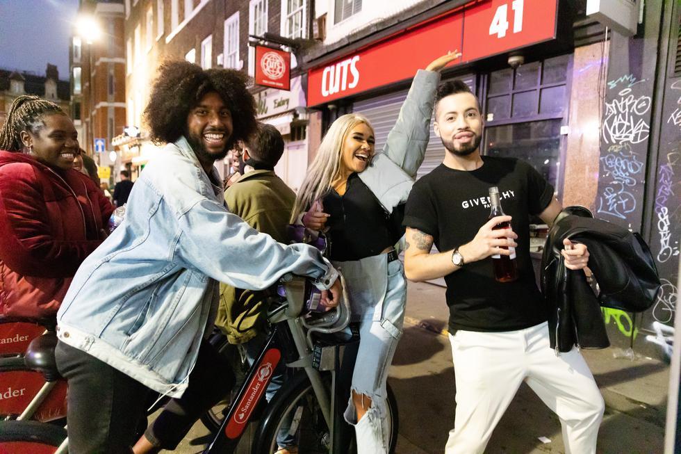Los juerguistas beben y socializan en la calle durante la noche en Soho. (Foto: EFE/EPA/VICKIE FLORES)