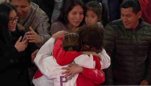 Alexandra Grande se abrazó con su mamá para celebrar la medalla de oro. (Captura: TV Perú)
