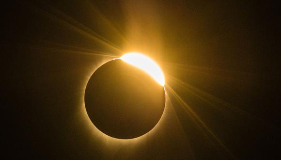El IGP a través de la plataforma digital Facebook Live transmitirá el eclipse parcial de Sol. (Foto: ROB KERR / AFP)