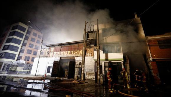 Los bomberos continúan trabajando en el lugar desde la noche de ayer. (Foto: joel alonzo/ @photo.gec)