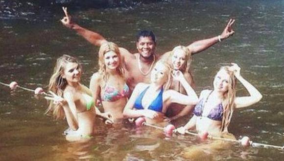 Juan Flores se divirtió con las 'Chicas Doradas' en Tarapoto. (Difusión)