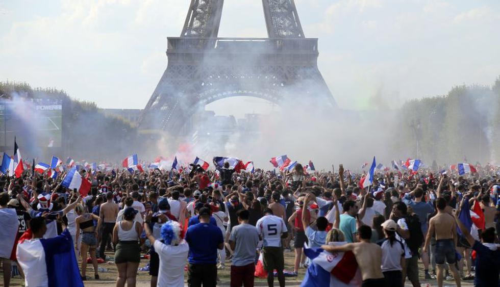 Miles de franceses celebran en la torre Eiffel la victoria de su selección en Rusia 2018. (Foto: AP)