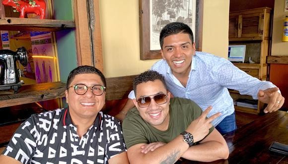 Cantautor y agrupación cumbiambera aparecieron juntos en una fotografía para redes sociales. (Facebook/Grupo5)