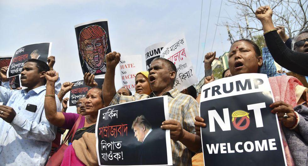 Activistas de partidos de izquierda gritan consignas contra la visita de Donald Trump a la India, en Guwahati. (AFP)