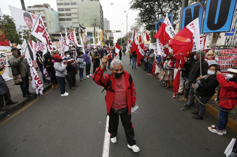 Un grupo de simpatizantes del partido Perú Libre se encadenó esta mañana frente al Jurado Nacional de Elecciones (JNE), en el Cercado de Lima, en señal de protesta por la demora en la proclamación de los resultados de la segunda vuelta presidencial. Los manifestantes exigen que proclame ganador al candidato Pedro Castillo. (Fotos: Jorge Cerdan/@photo.gec)