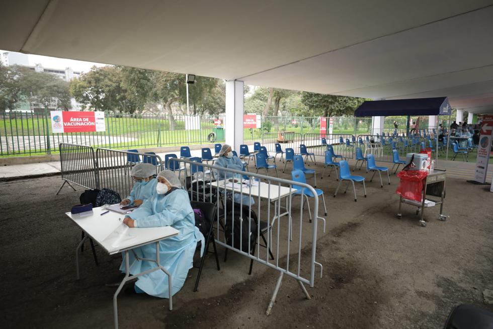 Por momentos, el vacunatorio del Campo de Marte lució vacío. (Foto: Britanie Arroyo / @photo.gec)