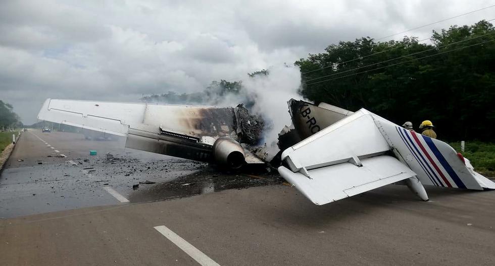 Un avión que presuntamente transportaba drogas se incendió este domingo al aterrizar en una carretera del suroriental estado mexicano de Quintana Roo, una región turística enclavada en el Caribe mexicano. (Foto: EFE/Str)