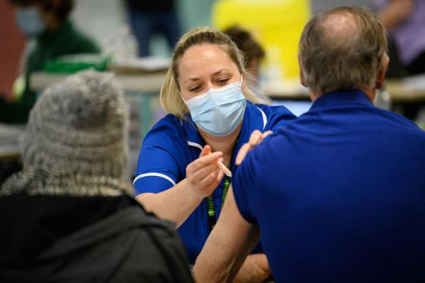 A member of the medical team administers a corona virus vaccine at the NHS Vaccine Center at Robertson House in Stevenage, north London.  (Photo: AFP).