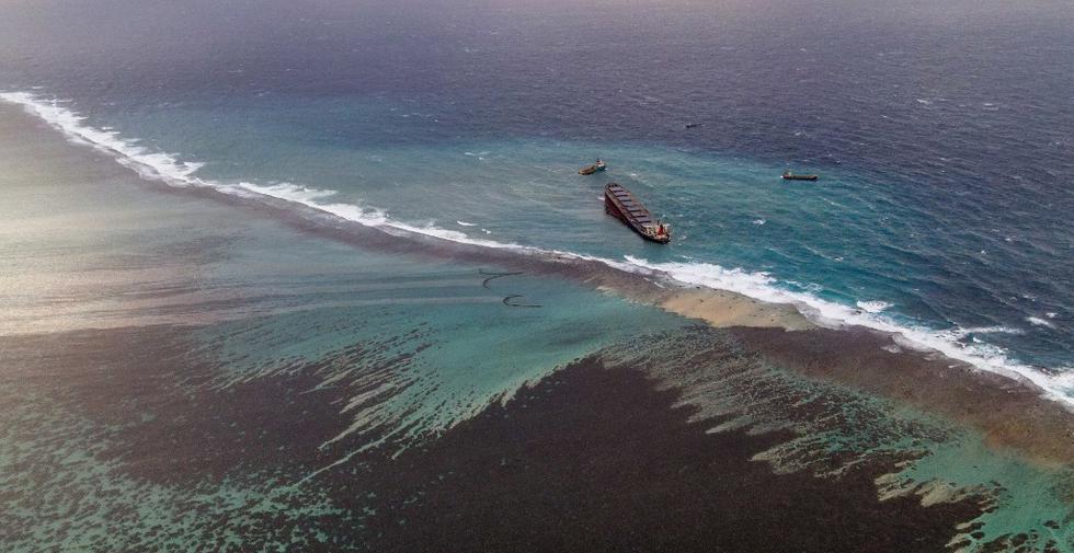 Esta vista aérea muestra el sitio de las operaciones de contención del petróleo filtrado proveniente del buque MV Wakashio, perteneciente a una empresa japonesa, pero con bandera panameña. (AFP)
