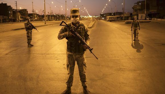 Soldados realizan guardia minutos después del inicio del toque de queda durante la emergencia por el coronavirus. (Foto: Rodrigo Abd / AP)