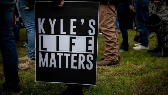 """Una persona sostiene un cartel que dice """"La vida de Kyle importa"""", una referencia a Kyle Rittenhouse, mientras varios cientos de miembros de Proud Boys y otros grupos similares se reunieron en Delta Park en Portland, Oregon el pasado 26 de septiembre de 2020. (Maranie R. STAAB / AFP)"""