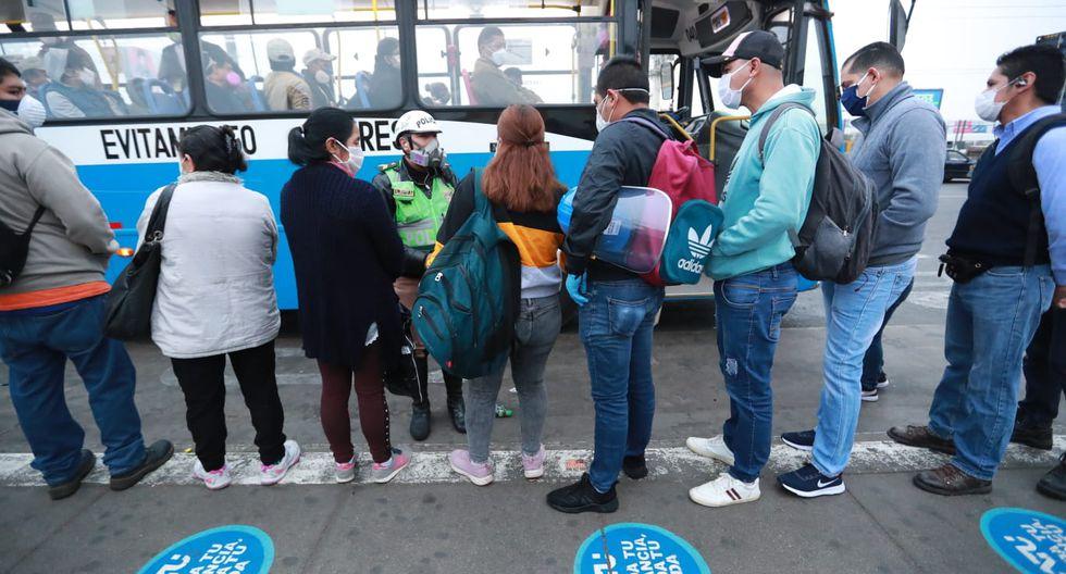 Personas realizan colas en el Puente Nuevo para abordar los buses y dirigirse a sus trabajos. (Foto: Lino Chipana/GEC)