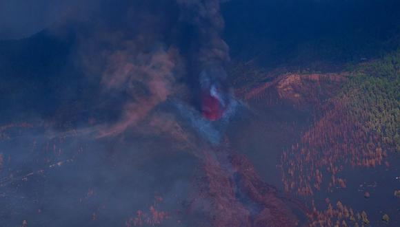 La colada de lava en La Palma entró en contacto con el agua, mientras se generaba gran cantidad de humo. (Foto: Ramón de la Rocha / POOL / AFP)