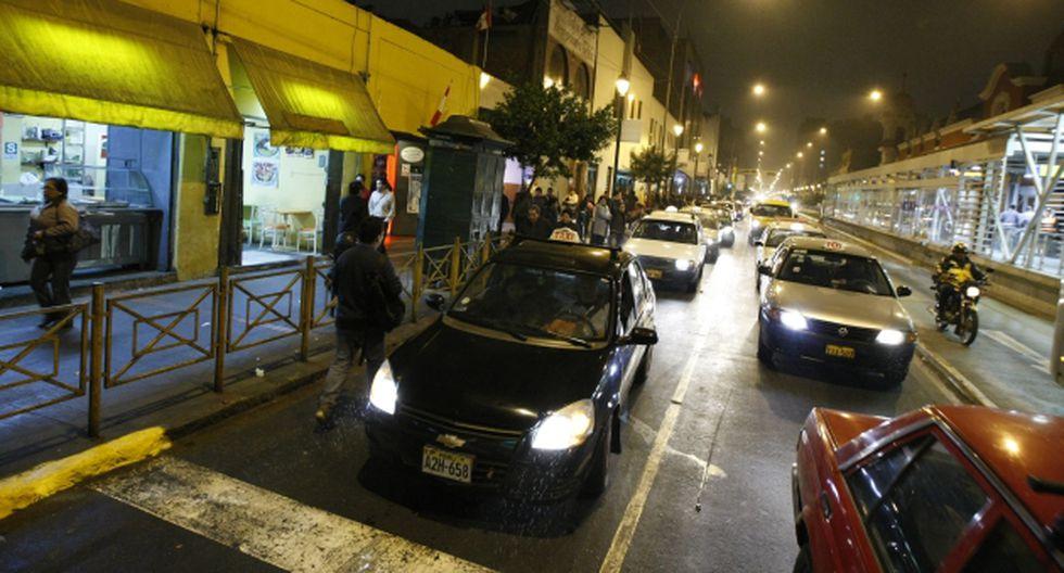 A prevenir. Transitadas vías como Emancipación son el centro de operación de falsos taxistas.  (Luis Gonzales)