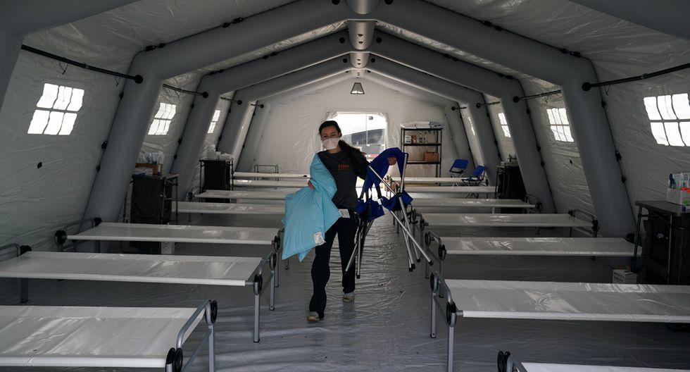 Las camas están alineadas en una carpa mientras los voluntarios de la organización internacional de ayuda cristiana Samaritan's Purse establecieron un Hospital de campo de emergencia para pacientes que padecen el coronavirus en Central Park al otro lado de la Quinta Avenida, en Nueva York. (Foto: AFP/Bryan R. Smith)