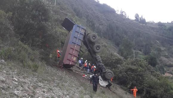 El pesado vehículo cayó al abismo en Pallasca, Áncash, porque la vía en la que el chofer estaba estacionado habría cedido. (Foto: Andina)