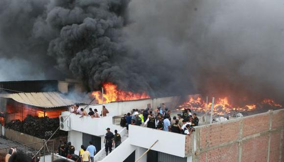 Decenas de comerciantes hicieron todo lo posible por sofocar el voraz incendio. (Andina)