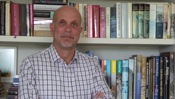 Ronald Elward es ingeniero con una maestría en Historia en San Marcos.