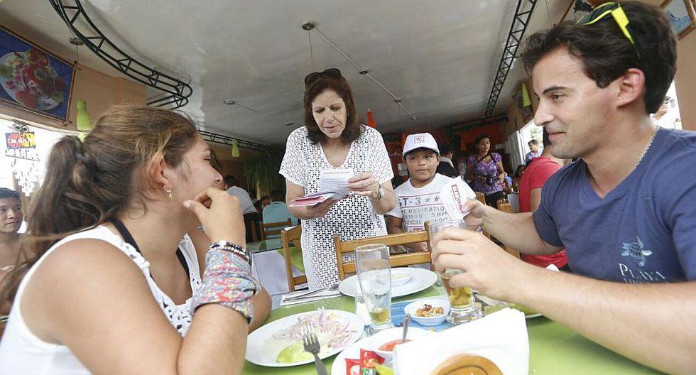 Lourdes Flores recorrió Punta Hermosa para difundir propuestas de Alianza Popular. (Mario Zapata)