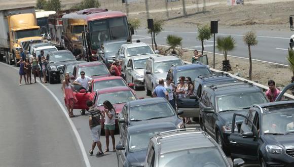 Atrapados en la carretera. Familias que se dirigían a las playas quedaron varados a lo largo de cinco kilómetro. (César Fajardo)