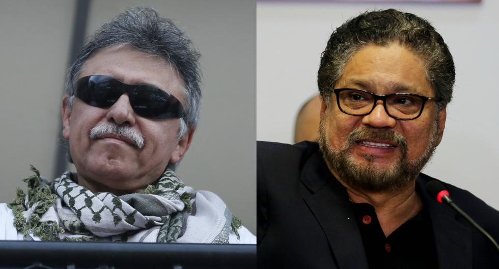 Imagen de Jesús Santrich (derecha) levantando el puño en un balcón de la sede del partido de las FARC. A la izquierda, aparece Iván Márquez hablando durante una conferencia de prensa en Bogotá (Colombia).   (EFE/LEONARDO MUÑOZ - AP/Fernando Vergara).