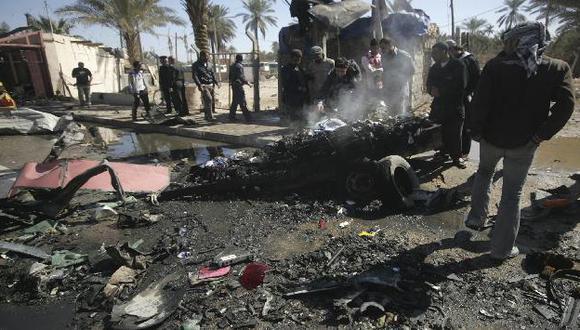 Soldados ven lo que queda de un coche-bomba que estalló en Kerbala. (Reuters)