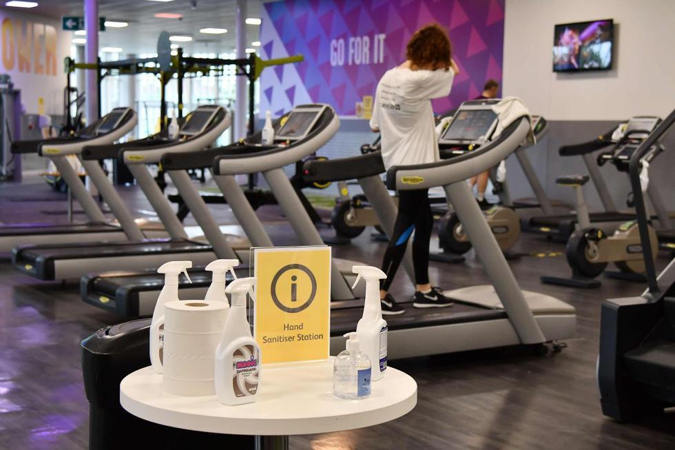 Se ve una estación de desinfección mientras los miembros del gimnasio hacen ejercicio en el Centro de Ocio de Kensington en el oeste de Londres. (AFP / JUSTIN TALLIS).