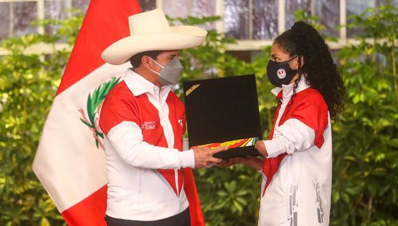 La deportista Angélica Espinoza recibió el pabellón nacional de la delegación peruana previo a los Juegos Paralímpicos. (Presidencia)