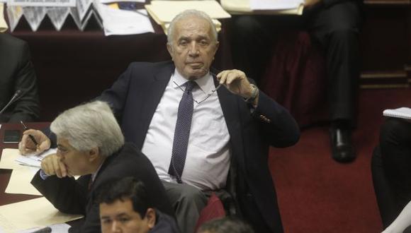 Guido Lombardi le pregunta al ministro de Justicia si renunciará por su abierta discrepancia con PPK sobre pena de muerte.