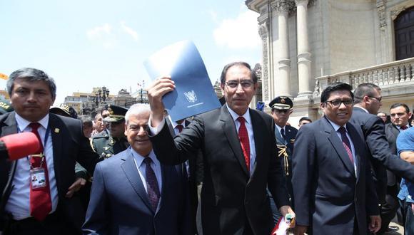 Martín Vizcarra llegó al Congreso acompañado de manifestantes que apoyan a Rafael Vela y Domingo Pérez. (Rolly Reyna)