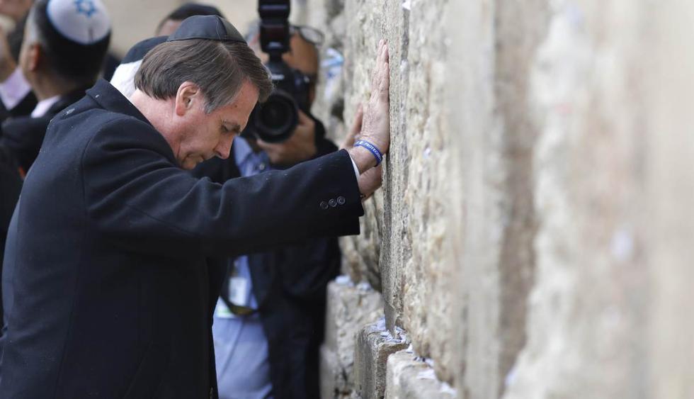 El presidente de Brasil, Jair Bolsonaro, reza en el Muro de las Lamentaciones, este lunes en Jerusalén (Israel). (Foto: EFE)
