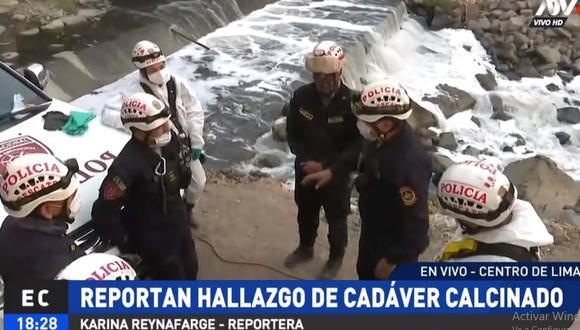 Los agentes de la Unidad de Rescate de la Policía llegaron al lugar para proceder a sacar el cuerpo de la ribera del río Rímac. (ATV+)